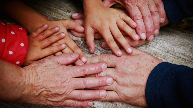 Alte und junge Haende, Martin Eling über die Reform der Altersvorsorge