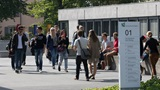 Studierende auf dem Weg ins Hauptgebaeude der Universitaet St.Gallen (HSG)