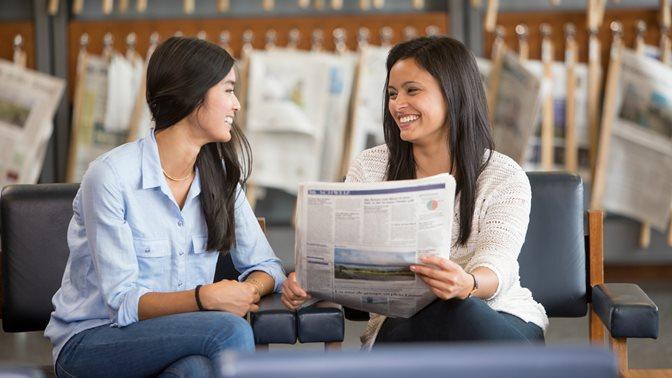 Studentinnen lesen Zeitung